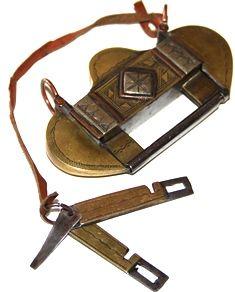 candado tuareg, 6x11 cm. Candado o cierre tuareg, hecho a mano con sus llaves. En buena condición y firmado por quien lo hizo. Puedes usarlo como un original colgante. http://nellass.com/categories/CUENTAS-DE-%C3%81FRICA/-Tuareg/