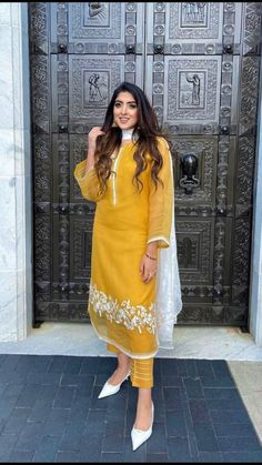 Indian Fashion Trends, Indian Fashion Dresses, Dress Indian Style, Indian Designer Outfits, Fashion Outfits, Simple Pakistani Dresses, Pakistani Dress Design, Pakistani Outfits, Pakistani Bridal Hairstyles