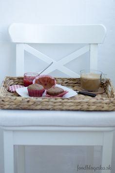 Čokoládové mafiny plnené bielou čokoládou Double Chocolate Muffins, Wicker Baskets, Table, Furniture, Home Decor, Double Chocolate Chip Muffins, Homemade Home Decor, Mesas, Home Furnishings