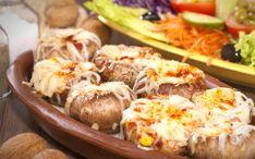 Labai skani keptų pievagrybių užkandėlė, kurią paruošite greitai, o suvalgysite dar greičiau! Pievagrybius nuplaukite, nusausinkite, išimkite kotelius., Keptuvėje įkaitinkite aliejaus, pakepinkite smulkintus svogūnus. Kai apkeps, sudėkite tarkuotas morkas, dar pakepinkite ir sudėkite