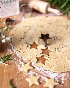 Yrttiset suolakeksit | Kokit ja Potit -ruokablogi Kitchen Time, Sweet Recipes, Camembert Cheese, Malli, Sweet Treats, Tasty, Drinks, Food, Bebe