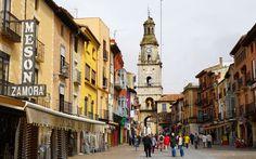 La Torre del Reloj, antes conocida como Puerta del Mercado, formaba parte de la segunda muralla de la ciudad. En este lugar comienza la calle Mayor, una vía comercial de trasiego continuo que se encuentra repleta de tiendas y restaurantes donde se puede comprar y degustar los productos típicos de Zamora.