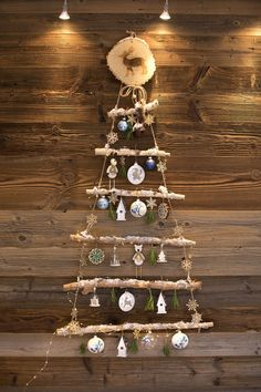 Un sapin de Noël à suspendre Creative Christmas Trees, Handmade Christmas Tree, Woodland Christmas, Driftwood Christmas Tree, Xmas Tree, Christmas Is Coming, Christmas Time, Marie Claire, Ceramic Christmas Decorations