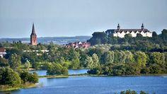 Das Plöner Schloss liegt hoch über den Baumwipfeln des Großen Plöner Sees, der im Vordergrund zu sehen ist Seen, Most Beautiful, Germany, Swimming, Mansions, House Styles, Outdoor, Lakes, Lifestyle