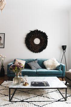 Gut Nina Schwichtenbergs Wohnzimmereinrichtung Mit Einem Samt Sofa In Petrol,  Schwarz/weißem Marmortisch Und Einem