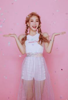 Fun fact Seoyeon is my bias~Silver🎵 Kpop Girl Groups, Korean Girl Groups, Kpop Girls, My Girl, Cool Girl, Loona Kim Lip, Young K, Soyeon, South Korean Girls