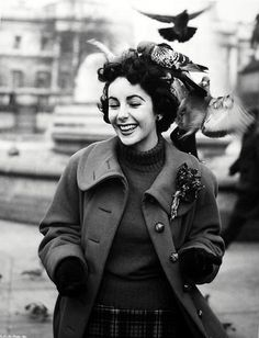 """ Elizabeth Taylor surrounded by pigeons in Trafalgar Square, London, November Photos by Chris Ware. Elizabeth Taylor, Hollywood Glamour, Classic Hollywood, Old Hollywood, Marlene Dietrich, Brigitte Bardot, Chris Ware, Greta, Violet Eyes"