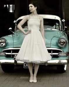 Helemaal vintage met deze mooie auto en dame in Doris Design petticoat.