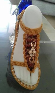 Great for summer! Crochet Sandals, Crochet Boots, Crochet Clothes, Crochet Home, Crochet Yarn, Crochet Flip Flops, Crochet Shoes Pattern, Knit Shoes, Knitted Slippers