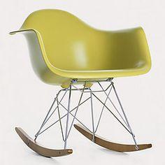 Designer : Charles Ray Eames       Historique : Au début des années 1940, Charles & Ray Eames eurent l'opportunité de développer de nouvelles techniques de moulage/pliage pour la marine américaine  pendant l'effort de guerre. Ils utilisèrent ces techniques novatrices dans leurs créations de mobilier design.  C'est ainsi que naquirent les chaises et fauteuils en plastic de Charles & Ray Eames à la fin des années 40.