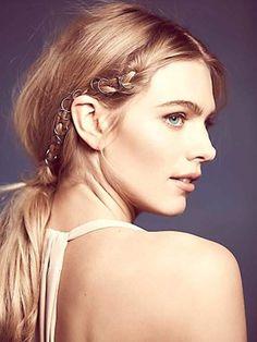 金屬質感的東西在最近幾年好像特別受歡迎,像前不久流行極簡大方的金屬髮圈,只要戴上它就算只是綁普通的低馬尾也超有氣質!而最近從歐美開始掀起了一陣「髮用戒指」的熱潮,在世界各地都有人愛上用這種《金屬細圓環