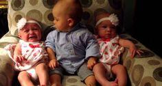 Bebé Fica Adoravelmente Confuso Ao Ver As Irmãs Gémeas Pela Primeira Vez