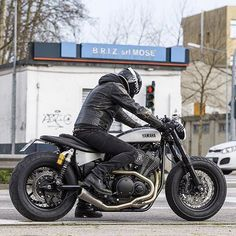 Another view of the killer Yamaha 'Speed Iron' by Moto di Ferro of Venice, Italy. Yamaha Cafe Racer, Cafe Bike, Yamaha Motorcycles, Cafe Racer Motorcycle, Motorcycle Style, Biker Style, Custom Motorcycles, Custom Bikes, Yamaha Bolt Custom