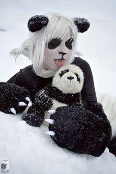 une fille déguisée comme un panda