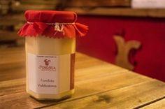 La fonduta valdostana è un gustoso piatto unico a base di fontina tipico della Valle d'Aosta realizzato con fontina, burro e tuorli d'uovo. Cremosa, delicata, profumata…irresistibile! Vasetto vetro 295 gr.
