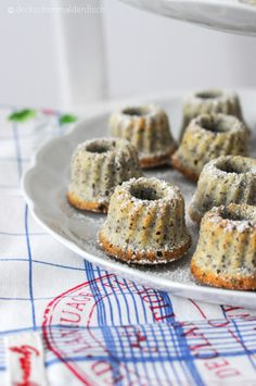 "Mini Poppy Seed Gugl with Eggnog - or ""Sweet Sunday Sin"" - Mini gugls with poppy seeds, semolina and eggnog ~ 100 kcal - Mini Desserts, No Bake Desserts, Mini Donuts, Mini Muffins, Donuts Donuts, Donut Recipes, Cake Recipes, Mini Cakes, Cupcake Cakes"