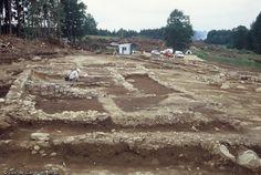La villa gallo-romaine de Prondines (Puy-De-Dôme) édifiée au début du Ier s. de notre ère et abandonnée à la fin du IIe s., 2003.La proximité de l'établissement avec un réservoir relié à un système d'adduction et d'écoulement peut être un indice d'une activité d'extraction et de traitement du minerai, en marge des activités agricoles.