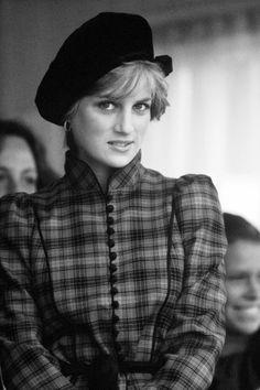 今回のスポットはプリンセス・ダイアナ。  当時のファッション・トレンドにも大きな影響を与えた、彼女の日常のアクセサリー・コーディネイト...