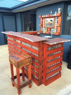 How about this Rustic Western Bar for your patio area? It's made of pallets, recycled timber, and recycled tin, so it was very wallet-friendly! How I built my Rustic Western Bar: I wanted to build a rustic western bar and decided… Rustic Outdoor Bar, Outdoor Pallet Bar, Wood Pallet Bar, Wooden Pallet Projects, Diy Pallet Furniture, Pallet Ideas, Palet Projects, Deck Furniture, 1001 Pallets