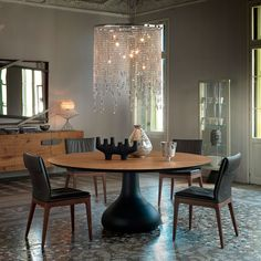 Tavolo modello Bora Bora, con base in alluminio verniciato goffrato bianco o graphite. Piano in noce o rovere bruciato. Design Giorgio Cattelan by CATTELAN ITALIA