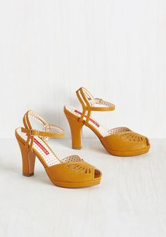 Shoes Float You Forget About Me Heel. Anyone who wants to come see about your mustard mid-heels will find you on the dance floor! 1950s Fashion Shoes, 1940s Shoes, Retro Shoes, Vintage Style Shoes, Vintage Heels, Retro Vintage, Ankle Strap Heels, Pumps Heels, Flats