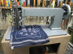 SINGER - Chainstitch Embroidery Machine began to be made around 1911 during the time women wore lavishly embroidered fashions. Chain Stitch Embroidery, Embroidery Art, Embroidery Stitches, Machine Embroidery, Vintage Sewing Machines, Sewing Tools, Sewing Techniques, Arts And Crafts, Women Wear