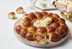 Tvarem trochu připomíná bábovku, ale není tomu tak, je to monkey bread!  #recept #recipe #monkeybread #syr #cheese #fondue Fondue, Monkey Bread, Doughnut, Muffin, Breakfast, Desserts, Morning Coffee, Tailgate Desserts, Deserts
