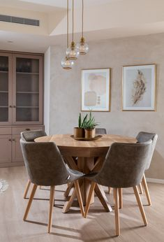 שיפוץ ועיצוב דירה בחולון Revit, Dining Chairs, Dining Table, Sim, Furniture, Home Decor, Street Furniture, Landscaping, Productivity