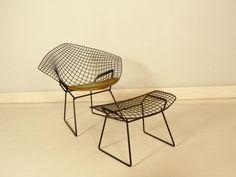 fauteuil Bertoia diamond et son ottoman Harry Bertoia, Iron Furniture, Home Furniture, Home Living Room, Tulip, Ottoman, Saint Laurent, Sofa, Vintage