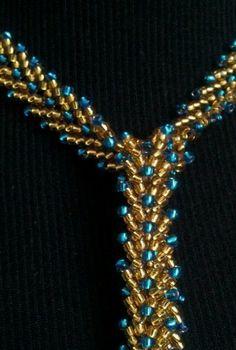 Sehr elegante selbstgefädelte St. Petersburgkette zum umbinden aus Glasperlen gold und hellblau.