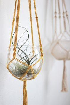 Legendary Dangle up a vase and the macrame soi-même Vase suspendu en macramé jaune moutard. Hanging Vases, Hanging Plants, Macrame Knots, Micro Macrame, Macrame Plant Holder, Macrame Curtain, Macrame Projects, Blog Deco, Boho Diy