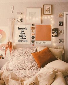 The Best Minimalist Bedroom Decor How do I make an aesthetic bedroom? - Homes Cute Room Ideas, Cute Room Decor, Indie Room Decor, Small Room Decor, Dorm Room Designs, Dorm Design, Bedroom Designs, Dorm Walls, Room Ideas Bedroom