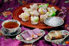 Some Peranakan cakes for tea. Asian Desserts, Asian Recipes, Ethnic Recipes, Singapore Map, North Asia, Shophouse, Drink Table, Fresh Rolls, Street Food