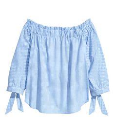 Hellblau/Kariert. Karierte schulterfreie Bluse aus Baumwollstoff. Modell mit breitem Gummizug und kurzem Volant oben. 3/4-Ärmel mit Bindebändern am