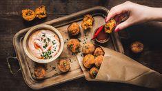 Kalorické tabulky dneska raději odložte, protože sevydáme dosmaženého nebe! Kombinace brambor, sýra apaprikového salámu sice není znejdietnějších, aleurčitě uznáte, žepatří mezinejchutnější.