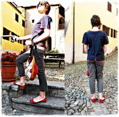 Completo Mirtillo: camicetta in cotone fantasia con inserti rossi -pantalone in cotone tenace, con tasche . In abbinamento: borsa coccinelle a mezzaluna