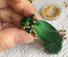 Tutorial for beaded lace tassel. Not in English but pics are great Diy Tassel, Tassel Jewelry, Fabric Jewelry, Beaded Jewelry, Diy Earrings, Earrings Handmade, Handmade Jewelry, Bead Embroidery Jewelry, Beaded Embroidery