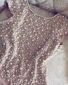 O Body Pearls é feito com tecido de malha e pérolas importadas, que se adequa perfeitamente ao corpo, detém forro duplo e possui bojo.