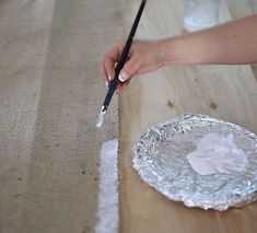 Learn the trick to cut burlap and achieving a perfect edge that won't fray. Every DIYer needs to know this simple craft trick! Burlap Projects, Burlap Crafts, Diy Craft Projects, Burlap Wreaths, Craft Ideas, Fall Wreaths, Diy Ideas, Party Ideas, Burlap Curtains