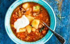 Jauhelihakeitto paranee, kun se saa maustua yön yli jääkaapissa, joten keittoa kannattaa tehdä isompi määrä kerrallaan.