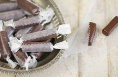 As tradicionais balas norte-americanas são ótimas opções para a criançada. Nessa receita feita com mel e cacau, a guloseima ganha uma textura mais leve e macia - Veja mais em: http://www.vilamulher.com.br/receitas/nova-cozinha/aprenda-a-fazer-balas-macias-de-chocolate-4-1-75-1325.html?pinterest-mat