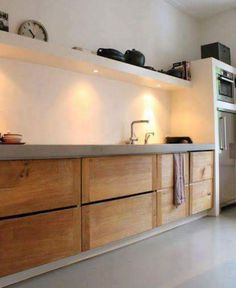 Idee eclairage cuisine Skattejakt: House for Sale Warm wood tones against gray and white. No uppers, only shelving with downlighting for tasks. Küchen Design, House Design, Interior Design, Modern Interior, Design Ideas, Bath Design, Design Trends, Modern Design, Wooden Kitchen