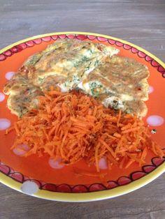 Healthy lunch omelet met boerenkool en feta samen met salade van wortel, sinaasappelsap, olijfolie, gember en sesamzaadjes