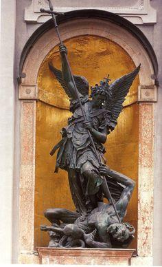 ESTATUA DE LA IGLESIA SAN MIGUEL Autor:  Lugar: Munich, Alemania.  Entre las dos puertas de esta iglesia, se encuentra una monumental estatua de bronce la cual representa la victoria del arcangel San Miguel sobre las fuerzas del mal; aunque entre lineas esta tambien se puede leer como el triunfo de la Iglesia Catolica sobre el Luteratismo.