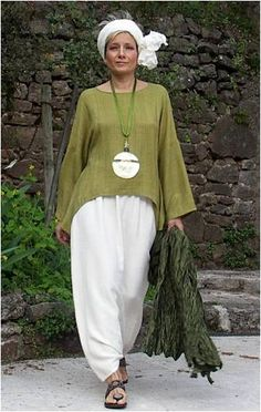 Top unstructured made of raw silk lime green color and harem pants -:- AMALTHEE … Top unstrukturiert aus Rohseide, Limonengrün und Haremshosen -: – AMALTHEE -: – Nr. Fashion Over 50, Look Fashion, Fashion Outfits, Womens Fashion, Hippie Fashion, Mode Hippie, Advanced Style, Mode Hijab, Plus Size Fashion