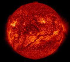 Filamento vermelho no Sol  Fotografia da Nasa flagra 'veia' na superfície solar.