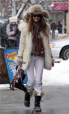 Elle Macpherson, in Sorels Joan of Arctic. Snow Fashion, Fur Fashion, Womens Fashion, Winter Looks, Apres Ski Mode, Winter Wear, Autumn Winter Fashion, Estilo Glamour, Sorel Joan Of Arctic