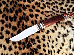 Integral Hunting knife by South African knife maker Louis Naude also known as LEO knives and cutlery. The knife on the picture is called the Unyson Excelsior. It has a Canvas Micarta handle. It is available from Louis Naude knives (LEO Knives). Just waiting for your choice of handle material that includes a selection of African hardwoods, synthetic materials and animal products like scorched Giraffe bone.  Louis Naude knives ships worldwide.
