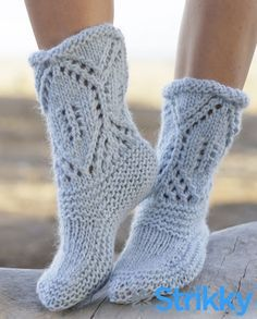 "North Shore - Knitted DROPS slippers in garter st with lace pattern in ""Eskimo"". Size 35 - 42 - Free pattern by DROPS Design Loom Knitting, Knitting Socks, Knitting Patterns Free, Knit Patterns, Free Knitting, Free Pattern, Drops Patterns, Knitted Slippers, Slipper Socks"