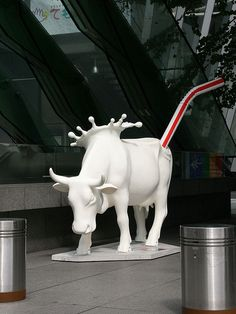 """""""Cow parade"""" was held with yurakucho and the event had been held. 65 cows were pastured in various places. It introduces some such cows. Cow Parade, Cow Pictures, Graffiti Murals, Cow Art, Bizarre, Human Art, Public Art, Cattle, Sculpture Art"""